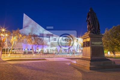 Théâtre musical et monument dans la nuit. Rostov-on-Don