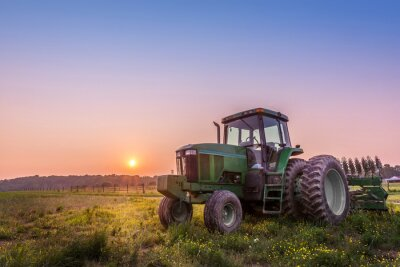 Posters Tracteur dans un champ sur une ferme du Maryland au coucher du soleil