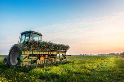 Posters Tracteur dans un champ sur une ferme rurale Maryland