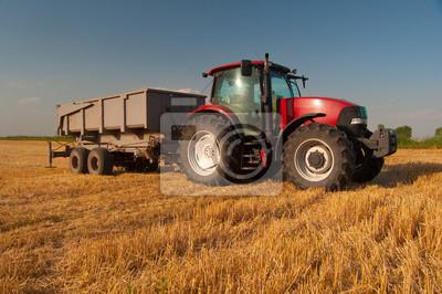 Posters Tracteur rouge moderne sur le domaine agricole, le jour d'été ensoleillé