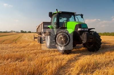 Posters Tracteur vert moderne sur domaine agricole pendant la récolte sur les journée d'été ensoleillée