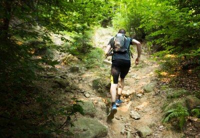 Posters Trail Runner avec sac à dos en courant la pente raide