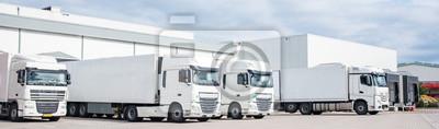 Posters Truck - expédition, quatre semi camion stationné blanche à côté de l'autre