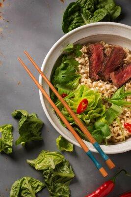 Posters Un bol de nouilles ramen chinois avec du bœuf, chou chinois