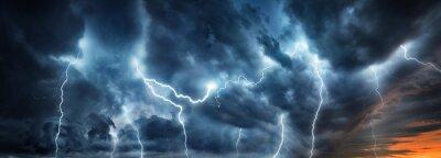 Posters Un orage éclair éclaire le ciel nocturne. Concept sur la météo, les cataclysmes (ouragan, typhon, tornade, tempête)