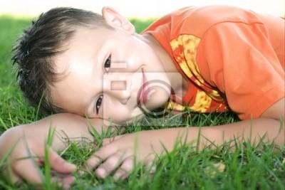 Un petit garçon dans une chemise de sport lumineuse