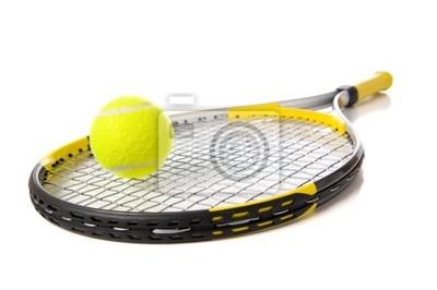 Une balle de tennis et de raquette sur un fond blanc
