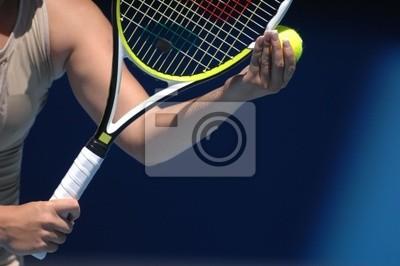 Une femme avec de belles mains tient une balle de tennis