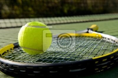 Une raquette de tennis et nouvelle balle de tennis sur un court de tennis