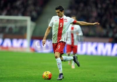 Posters VARSOVIE, POLOGNE - 13 NOVEMBRE 2015: Championnat d'Europe EURO 2016 Match amical Pologne - Robert Lewandowski Icelandop