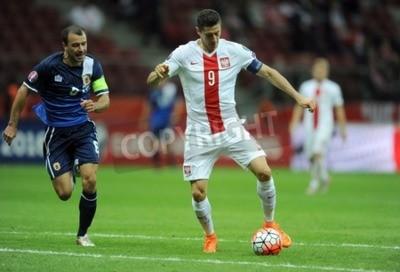 Posters Varsovie, Pologne - 7 Septembre, 2015: EURO 2016 France Football Euro Cup Qualifiers Pologne vs Gibraltarop Roy Chipolina Robert Lewandowski