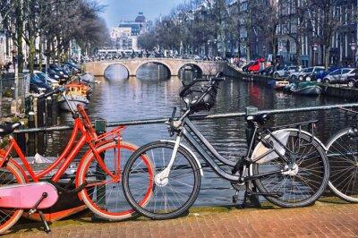 Posters Vélos de ville typiques à Amsterdam au pont