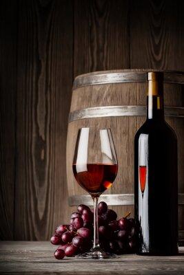 Posters Verre de vin rouge avec une bouteille et debout baril