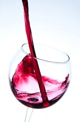 Posters Verser le vin rouge dans un verre à vin