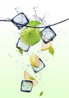 Posters Vert pomme tranches avec des cubes de glace