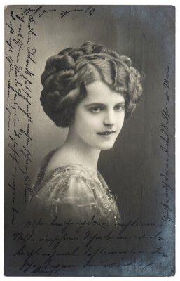 Posters vieille photo sépia de la jeune femme