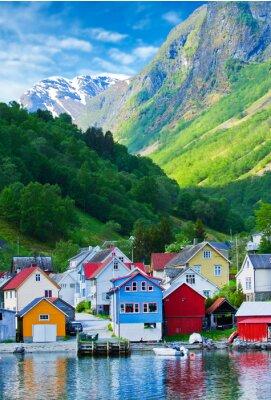 Posters Village et vue mer sur les montagnes dans le fjord de Geiranger, Norvège