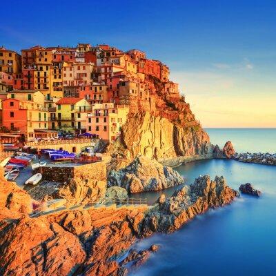 Posters Village Manarola, rochers et la mer au coucher du soleil. Cinque Terre, Italie