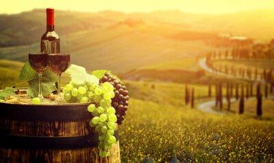 Posters Vin rouge avec le baril sur vigne en vert Toscane, Italie