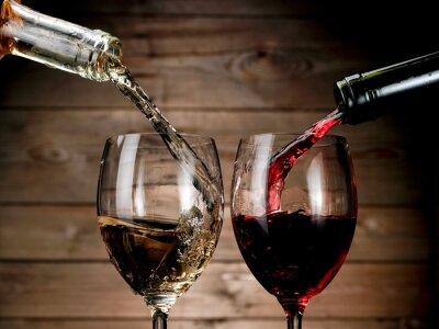 Posters Vin rouge et blanc versant sur fond de bois