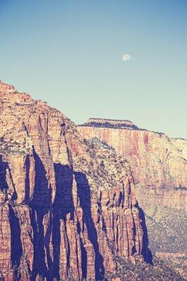 Posters Vintage toned lune sur les montagnes dans le parc national de Zion, Etats-Unis.
