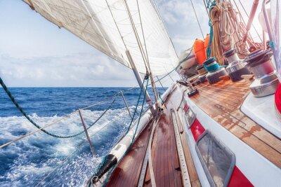 Posters voilier naviguant sur les vagues