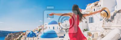 Posters Voyage en Europe vacances amusant femme d'été se sentir libre de danse avec les bras ouverts en liberté à Oia, Santorin, en Grèce. Panorama de bannière touristique insouciante fille.