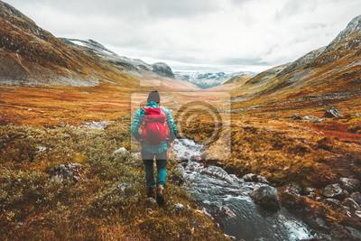 Posters Voyager homme touristique avec sac à dos randonnée dans les montagnes paysage actif vie saine aventure vacances en Scandinavie