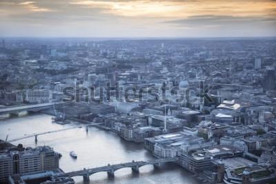 Posters Vue aérienne de la ville de Londres au crépuscule. Avec la Tamise, la cathédrale Saint-Paul et le quartier financier au premier plan.