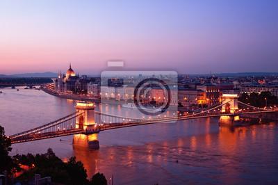 Vue du pont des Chaînes du Parlement hongrois Buda Castle.