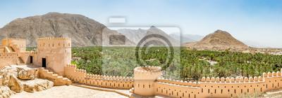 Posters Vue panoramique de Nakhal dans la région d'Al Batinah d'Oman. Il est situé à environ 120 km à l'ouest de Mascate, la capitale d'Oman. Il est connu comme la ville de Oasis.