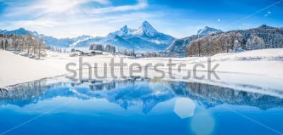 Posters Vue panoramique du magnifique paysage de pays des merveilles de l'hiver blanc dans les Alpes avec les sommets enneigés des montagnes se reflétant dans le lac de montagne cristalline par une froide