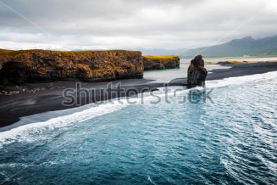 Posters Vue sur la plage de Kirkjufjara et la falaise d'Arnardrangur. Vallée de Myrdal, océan Atlantique près du village de Vik, Icelande, Europe. Image panoramique de la nature étonnante. Découvrez la bea