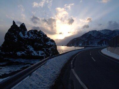北海道 海岸 風景 険 し い 岩山 の 雪 景色