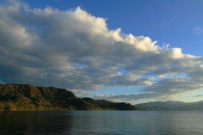 湖 の 秋 明 の 洞 爺 湖