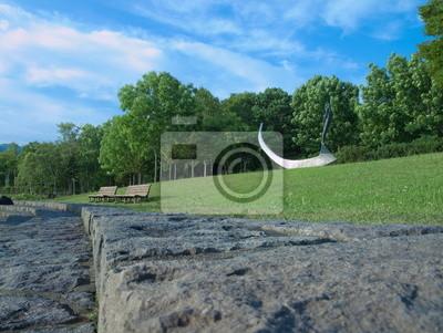 オブジェ と ベンチ の ある 公園
