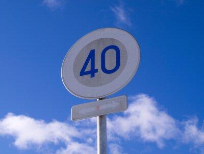 青 空 と 速度 標識
