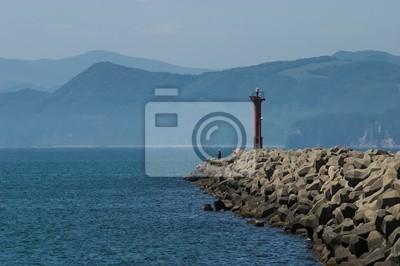 灯台 と 釣り 人