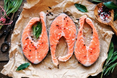 Posters Biftecks de saumon cru avec des herbes fraîches, du sel et du poivre. Vue aérienne