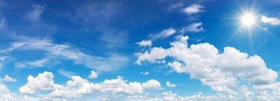 Posters ciel bleu avec nuages et réflexion du soleil. Le soleil brille pendant la journée en été
