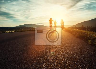 Posters Famille Ð¡yclists voyage sur la route au coucher du soleil