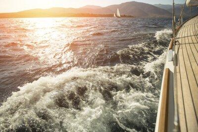 Posters Yacht, mer à la mer, la voile régate au coucher du soleil.