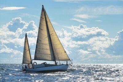 Posters Yacht voile sur une journée ensoleillée dans la baie de Riga
