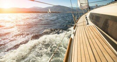 Posters Yacht voile vers le coucher du soleil. Voile. yachts de luxe.