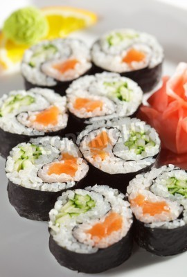 Posters Yin Yang Maki Sushi - Rouleau fait de saumon frais et concombre à l'intérieur. Nori extérieur