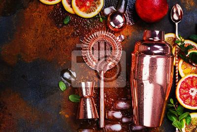 Sticker Accessoires de barre, outils de boisson et ingrédients de cocktail sur la table en pierre rouillée. Style plat