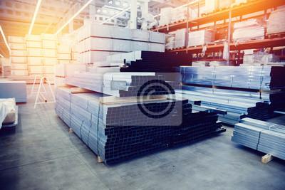Sticker Acier, étagère avec des matériaux de structure sur les étagères dans l'entrepôt du bâtiment. Tonalité de contraste contrastée et monochrome.