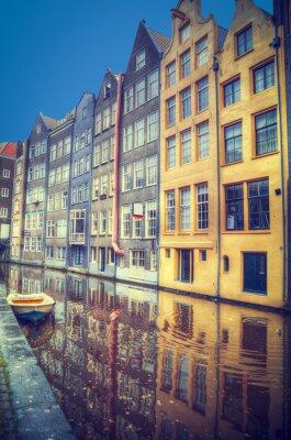 Sticker Amsterdam au printemps. Les maisons sont le long des canaux.