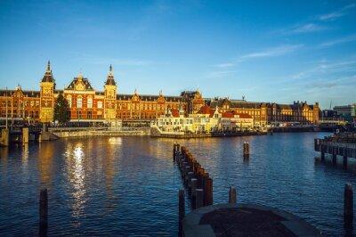 Sticker AMSTERDAM, PAYS-BAS - 15 JANVIER 2016: Bâtiments célèbres du centre-ville d'Amsterdam en gros plan au coucher du soleil. Vue générale du paysage. Amsterdam, Pays-Bas.