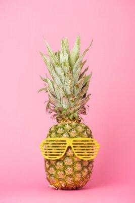 Sticker ananas drôle et savoureux à lunettes de soleil sur fond rose